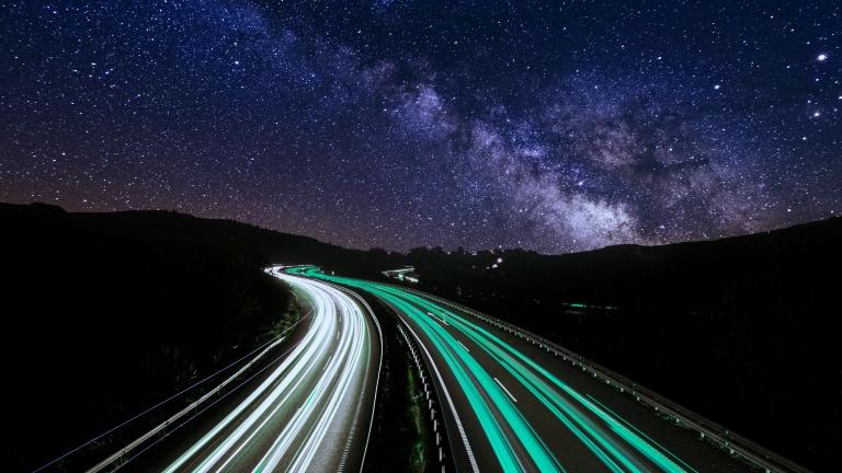 Autobahn bei Nacht unter Milchstra?e