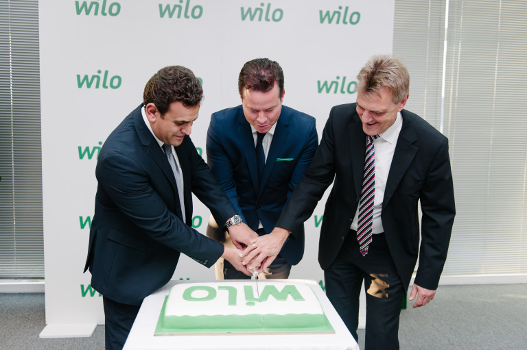 F.l.t.r: Hesham Koura, Oliver Hermes and Thomas Kubbe are cutting the Wilo cake